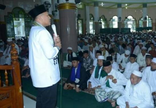 Bupati Lampung Tengah Mustafa saat berada di hadapan jamaah Masjid Istiqlal Bandarjaya. | Raeza Handani/Jejamo.com