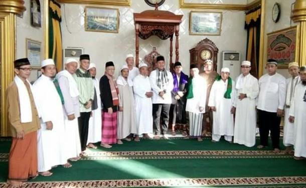 Bupati Lampung Tengah Mustafa bersama jajaran Forkopimda dan pengurus masjid Istiqlal Bandarjaya serta Ketua MUI Lampung Tengah HM Mutawali. | Raeza Handani/Jejamo.com