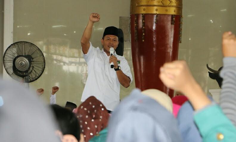 Bupati Lampung Tengah, saat memberikan pengarahan dalam penerimaan mahasiswa KKN dari Unila dan IAIN Raden Intan di Gedung Sesat Nuwo Balak | Raeza/jejamo.com
