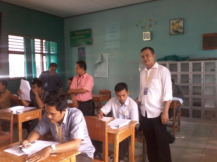 Ketua Panwaslu Kabupaten Tubaba Midiyan (kiri) bersama anggota Holdin dan Sekretaris Samian Nur, sedang mengawasi peserta tes mengerjakan ujian tertulis Panwascam | Mukaddam/jejamo.com