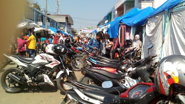 Motor yang diparkir di Pasar Pagi Kotabumi hari ini membeludak. | Prika/Jejamo.com