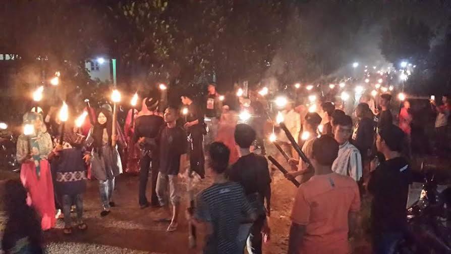 festival takbir cinta kampung budaya dengan menyalakan 1.000 obor yang terbuat dari bambu dan minyak tanah pada Selasa malam, 5/7/2016 | Suparman/jejamo.com
