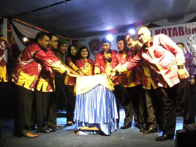Bupati Lampung Utara H Agung Ilmu Mangkunegara didampingi Wakil Bupati Sri Widodo dan Ketua TP-PKK Lampura Hj Endah Kartika Prajawati membuka Lampura Fair dan pameran pembangunan | Lia/jejamo.com