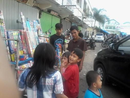 Pedagang petasan di Kotabumi, Lampung Utara, selama Ramadan hingga Lebaran hari kedua mengaku mendapat untung Rp2 juta per hari. | Prika/Jejamo.com