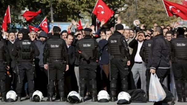 Polisi Turki menjaga sejumlah demonstran
