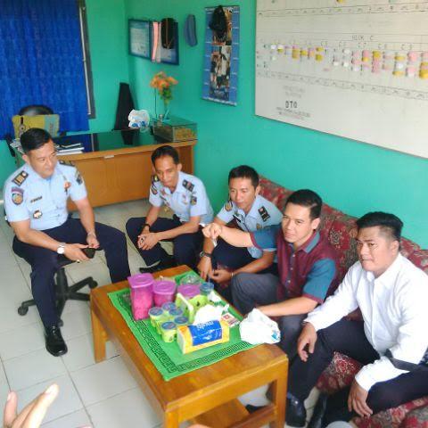 Hari Pertama Masuk Kerja Usai Liburan Idul Fitri, Wali Kota Herman HN Santap Lontong Sayur