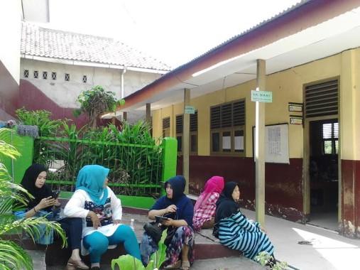 Sejumlah wali murid SDN 5 Talang Telukbetung Selatan menunggui anak mereka pada hari pertama sekolah, Senin, 18/7/2016. | Sugiono/Jejamo.com