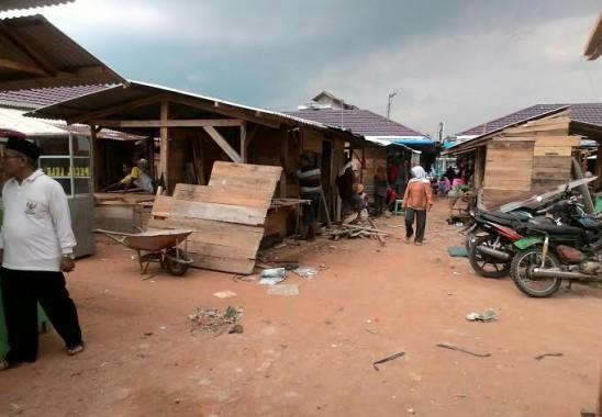 Kekurangan Kios, Pedangan di Pasar Pekalongan Lamtim Bangun Tenda Secara Swadaya