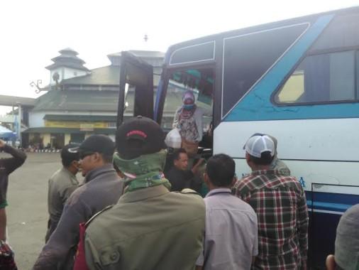 Sejumlah penumpang turun dari bus di Terminal Rajabasa