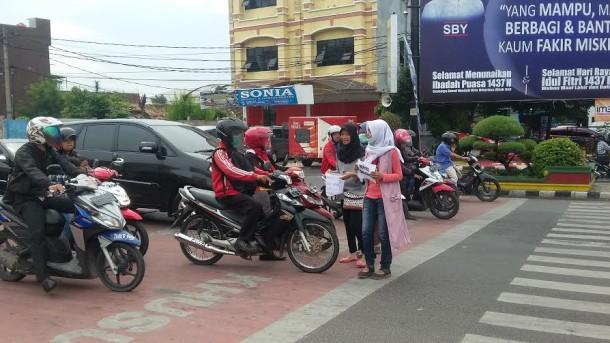 -  Murid dan guru SMKN 9 Bandar Lampung menggalang dana sejuta koin untuk Pemerintah Kota Bandar Lampung  | Tama/jejamo.com