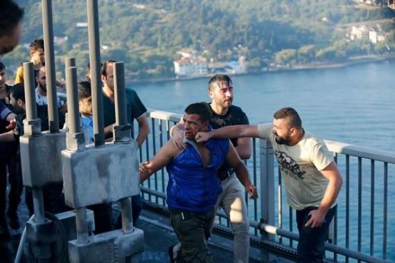 Seorang warga Turki memukul tentara