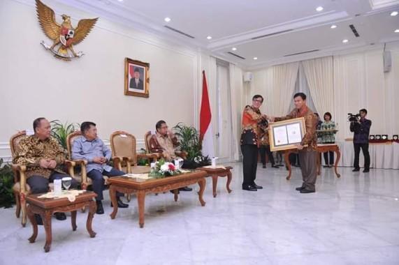 Menteri Hukum dan HAM Yasonna Laoly di Istana Wakil Presiden kemarin menyerahkan Sertifikat Indikasi Geografis Lada Hitam Lampung.kepada Kepala Dinas Perkebunan Lampung  Edi Yanto. | Ist