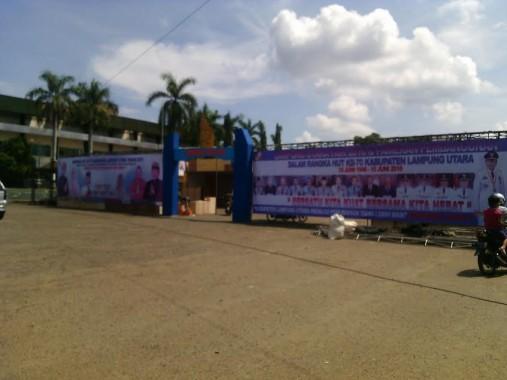 Stadion Sukung ditata untuk persiapan pameran pembangunan HUT ke-70 Lampung Utara besok. Foto dibidik hari ini, Minggu, 17/7/2016. | Rengki/Jejamo.com