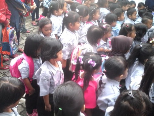 Murid-murid TK Sekarwangi, Kedaton, Bandar Lampung, pada hari pertama sekolah, Senin, 18/7/2016. | Widyaningrum/Jejamo.com