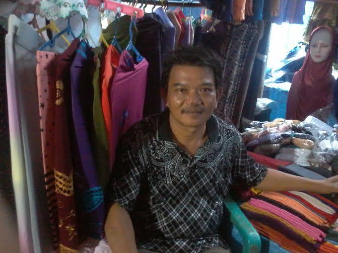 Taufik Hidayat pedagang pakaian di Pasar Pagi Kotabumi | Mukaddam/jejamo.com