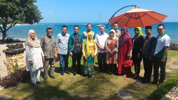 Wagub Lampung Bachtiar Basri bersama warga Lampung di Nusa Tenggara Barat menjelang pembukaan MTQ malam ini. | Ist