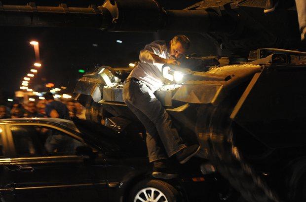 Warga Turki menabrakkan mobil ke tank militer dan melakuakn perlawanan dengan tangan kosong terhadap upaya kudeta yang dilakukan kelompok militer senior | ist
