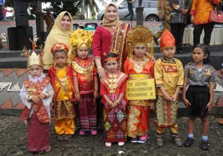 Bunda PAUD Lampung Selatan Jasmine Shahnaz Zainudin melepas peserta karnaval anak-anak dalam rangka memperingati Hari Kartini ke-137 tahun 2016.  | Diskominfo Lampung Selatan