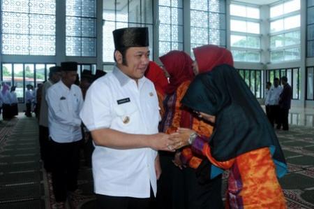 Bupati Lampung Selatan melepas khafilah asal Lampung Selatan untuk mengikuti MTQ Tingkat Provinsi Lampung di Kabupaten Tanggamus, Rabu 20/4/2016.  | Diskominfo Lampung Selatan