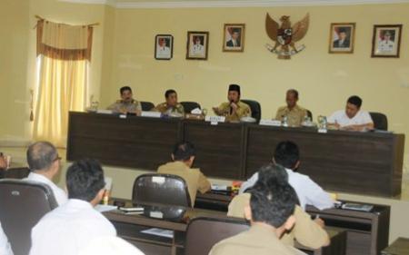 Bupati Lampung Selatan Zainudin Hasan saat menerima kunjungan Tim Evaluasi Percepatan Pembangunan JTTS Bakauheni-Natar di Aula Krakatau, kantorPemkab Lampung Selatan, Senin 2/5/2016. | Diskominfo Lampung Selatan