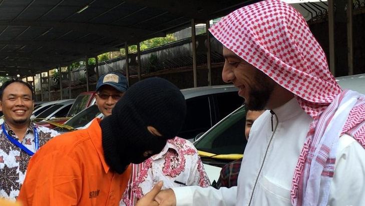 Syekh Ali Jabaer saat bertemu dengan pencuri mobilnya di Mapolda Metro Jaya | ist