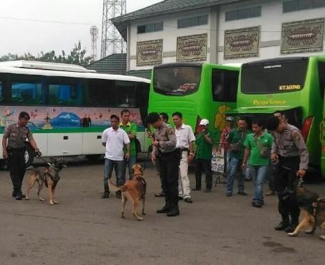 Satuan Sabhara Polda Lampung Bawa 4 Anjing Pelacak Berpatroli di Terminal Rajabasa