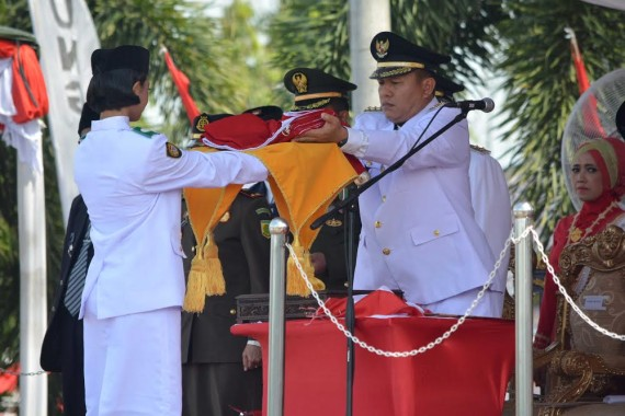 BUpati Mustafa Serahkan Bendera Pusaka
