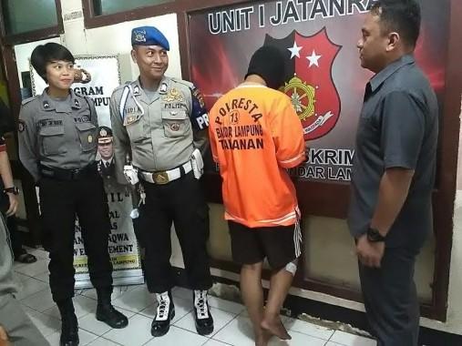Tersangka Fariz saat sedang di introgasi Petugas Polresta Bandar Lampung, di Mapolresta, Selasa, 16/8/2016 | Andi/jejamo.com