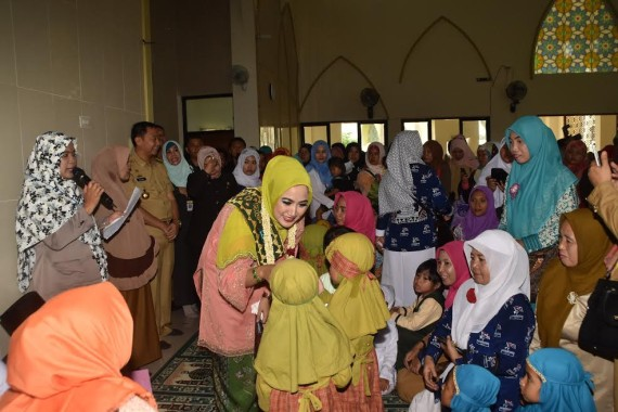 Bunda PAUD Lampura Hj Endah Kartika Prajawati Agung menyalami anak2 PAUD |Lia/jejamo.com