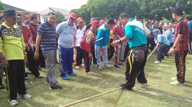 Pemerintah Kabupaten Lampung Utara menggelar lomba olahraga tradisional dalam rangka menyambut HUT ke-71 RI, di halaman Pemkab setempat, Selasa, 9/8/2016 | Lia/jejamo.com