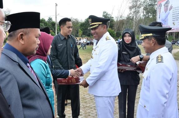 Bupati Tulangbawang Barat Umar Ahmad Serahkan Tali Asih kepada Veteran