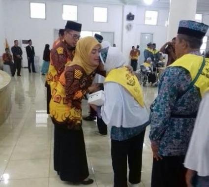 Advertorial: Lepas Jemaah Haji Lampung Timur, Bupati Chusnunia Chalim Menangis Haru