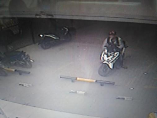 Pelaku pencurian sepeda motor di Alfamart Bypass Kedaton Bandar Lampung terekam CCTV | Andi/jejamo.com