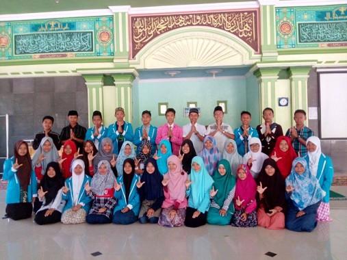 Laela Awalia Isi Kelas Menulis FLP Lampung Tengah di MAN 1 Poncowati