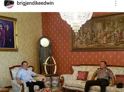 Foto unggahan Kapolda Lampung di rumah Rektor UBL Yusuf Barusman yang memperlihatkan hiasan gading gajah. | Ist