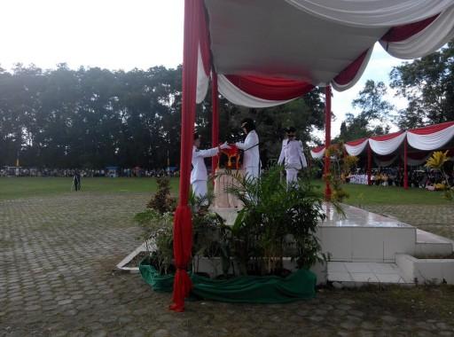 HUT ke-71 RI di Lampung Timur dipimpin Bupati Chusnunia Chalim di Lapangan Merdeka, Rabu, 17/8/2016. | Suparman/Jejamo.com