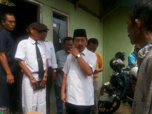 Wali Kota Bandar Lampung Herman HN menyerahkan bantuan untuk pemilik rumah terbakar di Gedongmeneng, Rabu, 17/8/2016. | Sugiono/Jejamo.com