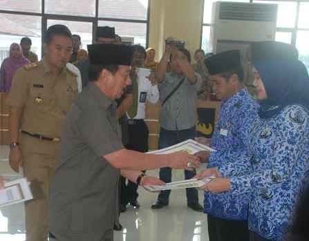 200 Tenaga Honorer Tahun 2004 di Bandar Lampung Menerima SK Pengangkatan PNS
