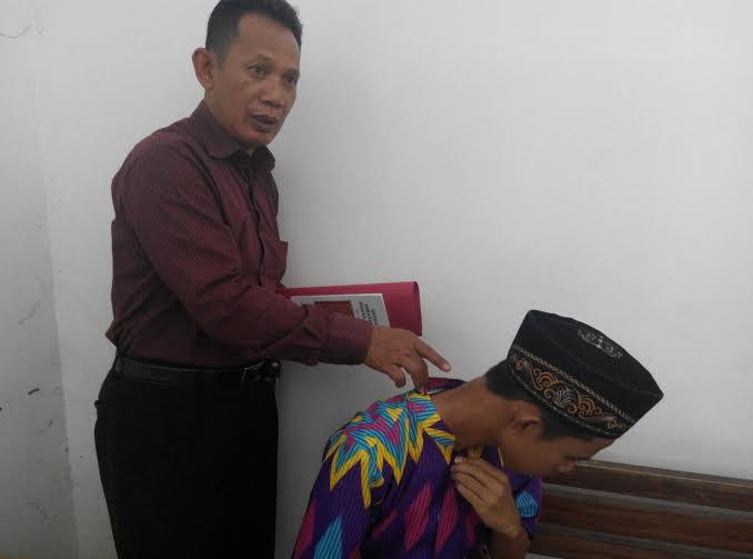 Darmanto dan kliennya Hs di ruang tunggu PN Sukadana | Suparman/jejamo.com