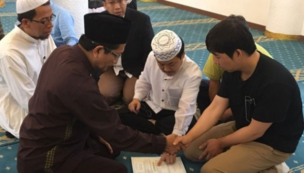 Dipandu Imam Masjid Istiqlal Jakarta, Warga Korea Selatan Ini Masuk Islam