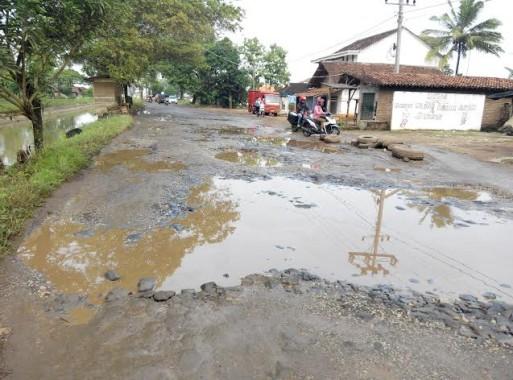 Jalan provinis di Kecamatan Sekampung Rusak