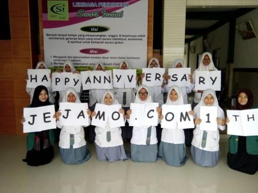 Sejumlah pelajar dan anggota FLP Lampung Tengah mengucapkan selamat ulang tahun yang pertama untuk Jejamo.com | Ist