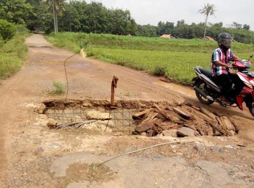 Baru 6 Bulan Dibangun, Jembatan Penghubung Dua Desa di Sekampung Lamtim Jebol