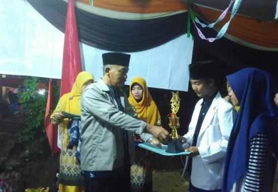 Camat Seputihmataram memberikan hadiah lomba kegiatan yang digelar oleh mahasiswa IAIN Raden Intan, Sabtu malam, 27/8/2016. | Raeza Handani/Jejamo.com