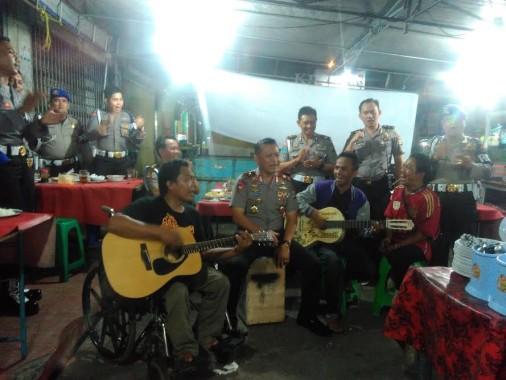 Hibur Pengunjung, Kapolda Lampung Ngamen di Pasar Kangkung Telukbetung