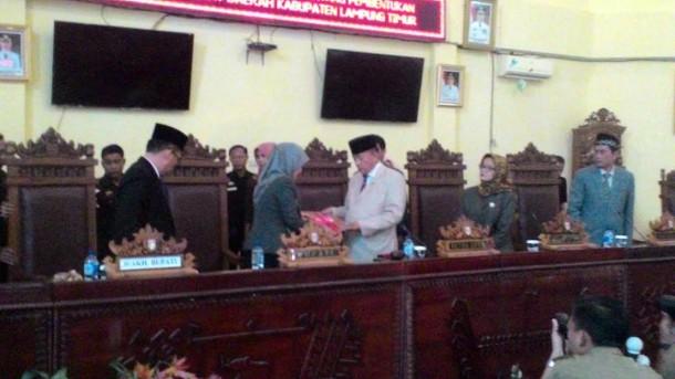 Penyerahan berkas Raperda dari Bupati Ke ketua DPRD Lamtim | Suparman/jejamo.com