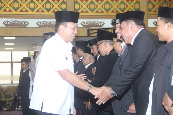 Gubernur Lampung Ridho Ficardo menyalami pengurus MUI Lampung masa khidmat 2016-2021 di Balai Keratun, Sabtu, 3/8/2016. | Frediansyah Firdaus