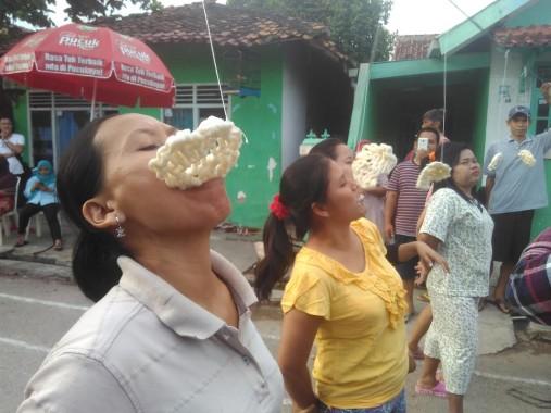 Sejumlah ibu di Kelurahan Kotabaru Bandar Lampung ikut lomba makan kerupuk, Minggu, 14/8/2016. | Andi Apriyadi/Jejamo.com