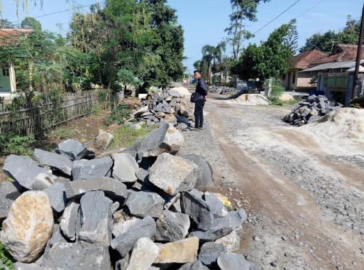 Warga Banjar Rejo Keluhkan Material Pembanguan Talud yang Berserakan di Jalan
