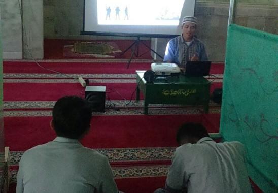 Ustaz Muhammad Suhada mengisi pembukaan Forum Bina Insan (FBI) di SMAN 2 Bandar Lampung. | M Arif Fajrun/Jejamo.com